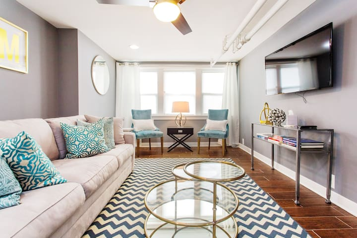 Relax and enjoy Chicago in a Updated and Private Apartment in Roscoe Village