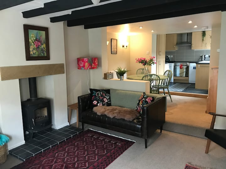 Cosy, comfortable old cottage in gorgeous village