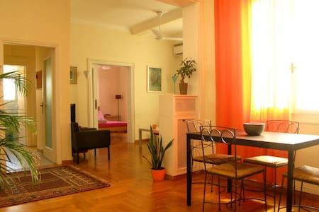 """Bright 3 bedroom apt at """"Megaron"""" metro station. - Kentrikos Tomeas Athinon - Appartamento"""