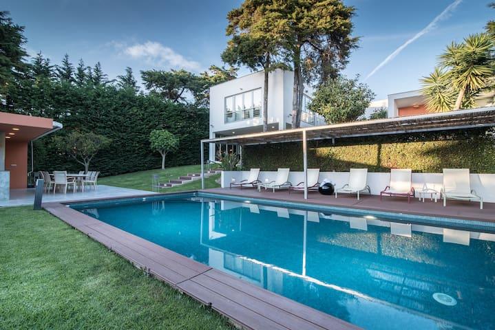 Cascais Casa Laranja: Daily Cleaning.  Heated pool
