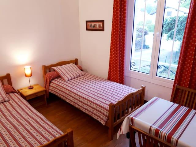 Chambre 2 : La Rhune, Wifi, TV, lecteur DVD,  armoire, table, chaises, chevets, (possibilité 1 grand lit)