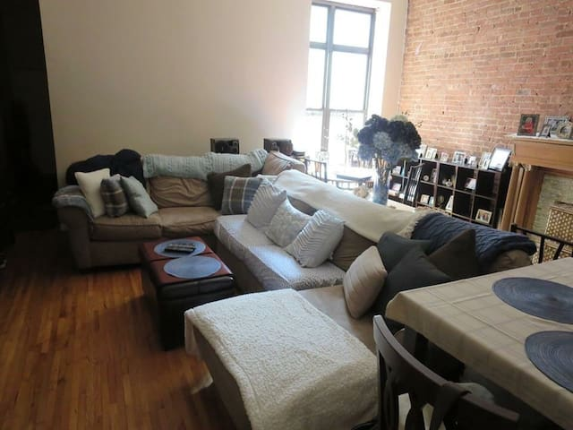 Have couch avail in large UWS apt. - New York - Wohnung