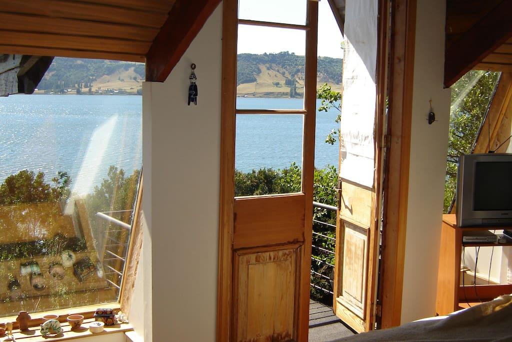 Vista al fiordo desde el dormitorio principal