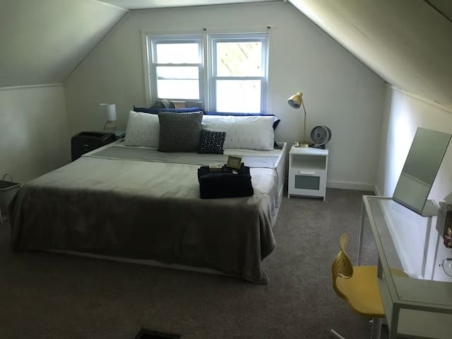 King Cape Cod (20 min to airport & downtown Pit)