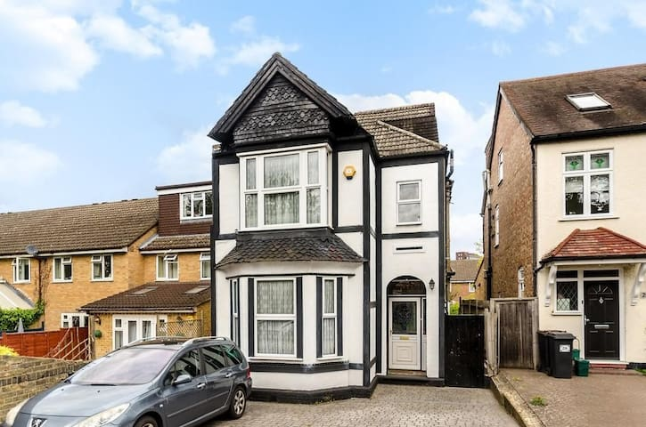Detached Victorian home ideal for commute/tourist