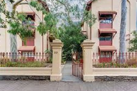 Glenelg Unit - short walk to Jetty Road & Beach - Glenelg