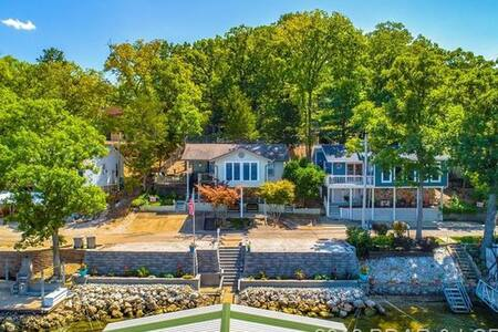 Beautiful View, dock and boat slip, walk to Bagnell Dam, tiki deck w/gas grill
