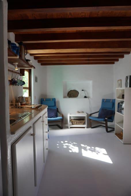 Blick in den Wohnbereich und links Zugang zum kleinen Innenhof