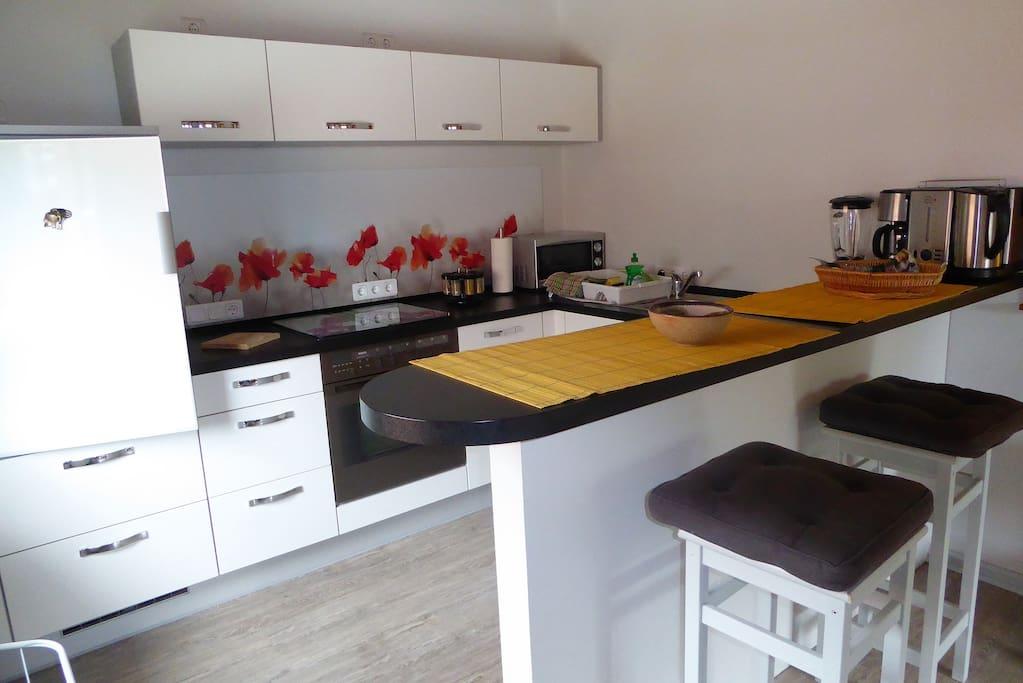 Moderne, große Einbauküche mit Tresen