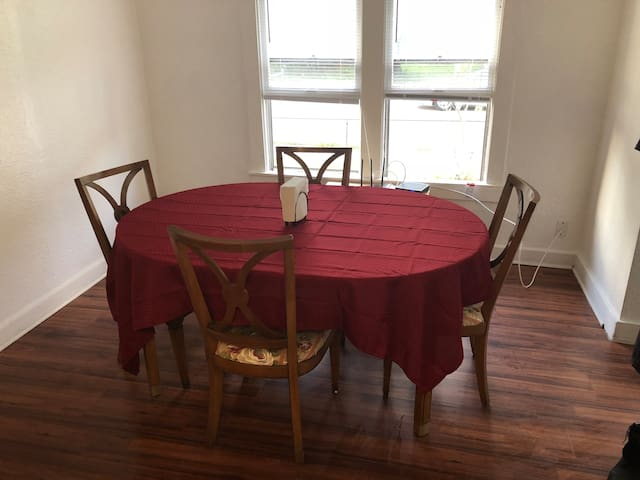 Private Room #1- 10 minutes to the beach, Downtown