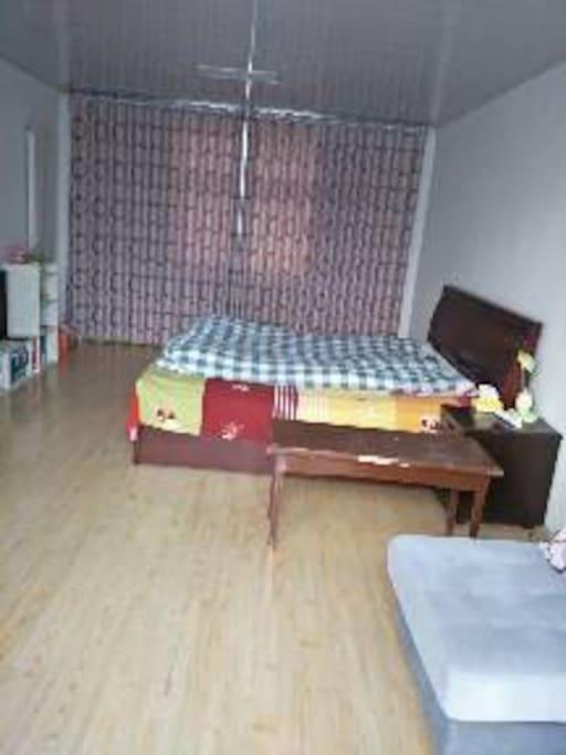 20平独层卧室,环境优美,安静,大窗可看锦屏山峰。