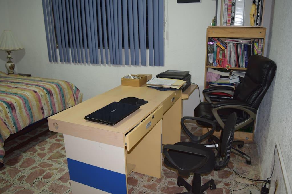 Hay área para trabajo dentro de la habitación.