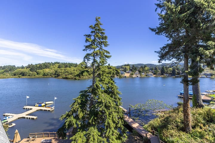 Lakefront townhome with shared dock, kayaks, and firepit!