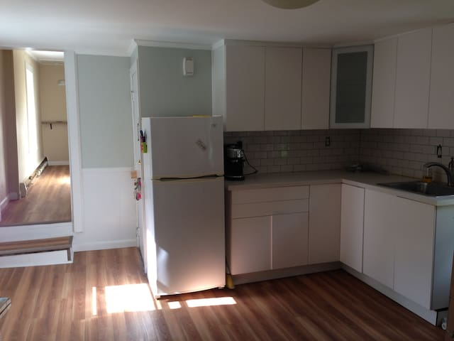 Private 1 BR apt on 2nd floor with parking + deck - Salem - Departamento