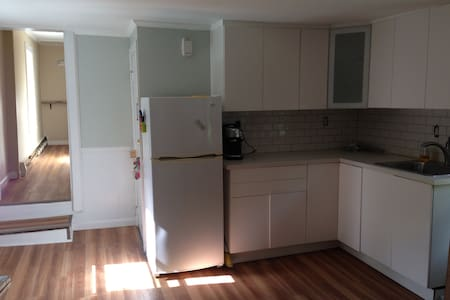Private 1 BR apt on 2nd floor with parking + deck - Salem - Apartamento
