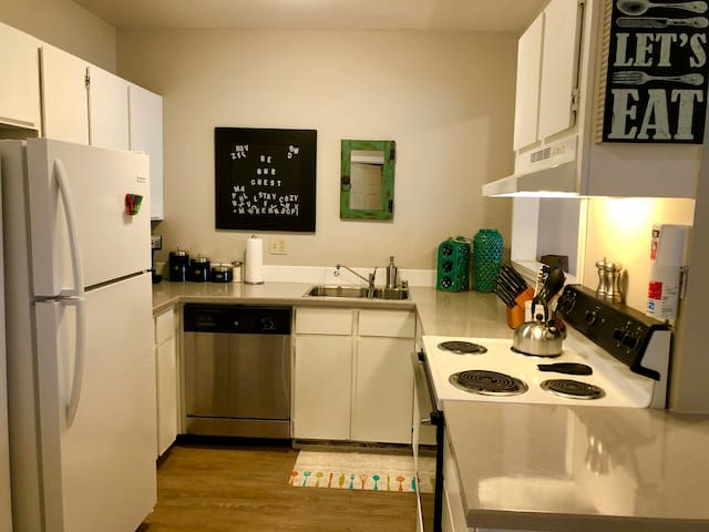 Fully furnished kitchen w/ dishwasher