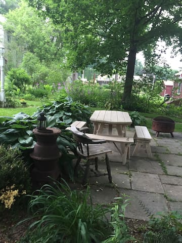 Gardens Galore and Village Whimsy Retreat - Millerton - Apartmen