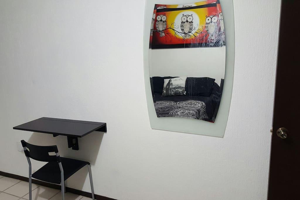 Espejo y pequeño escritorio de trabajo.