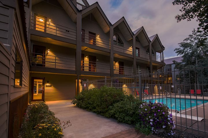 Viking Lodge at its BEST! 1BR/2Bth w/pool & hottub