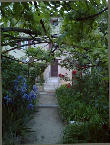Chambre pour couple dans maison avec jardin.