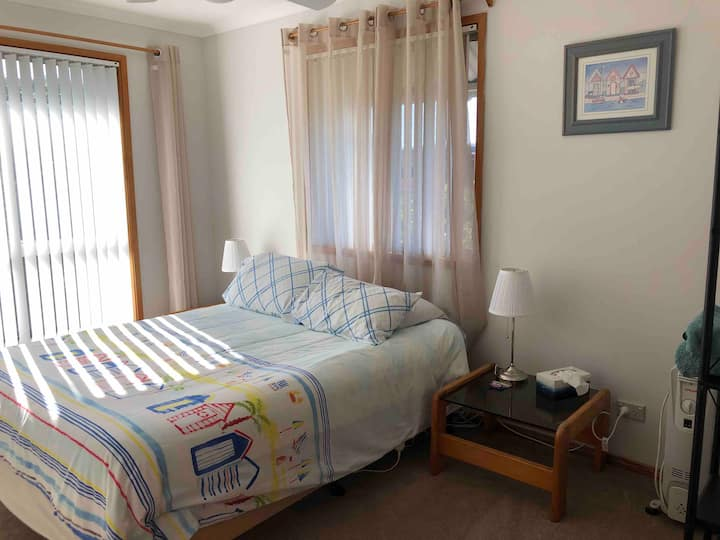 Private double bedroom, walk to Surfside beach.