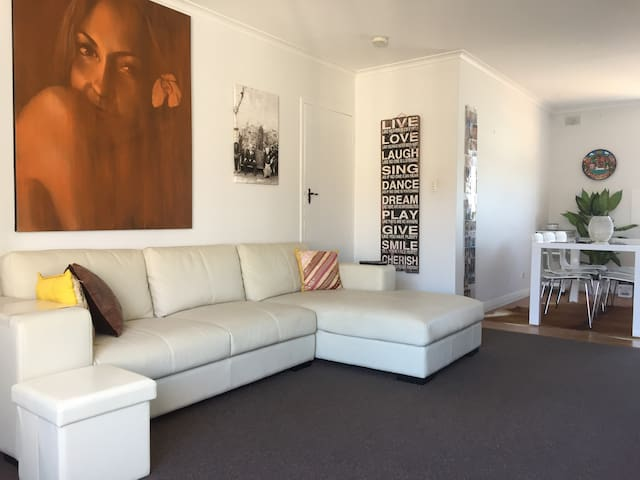 Premier Henley Beach Side Location - 1 Bedroom