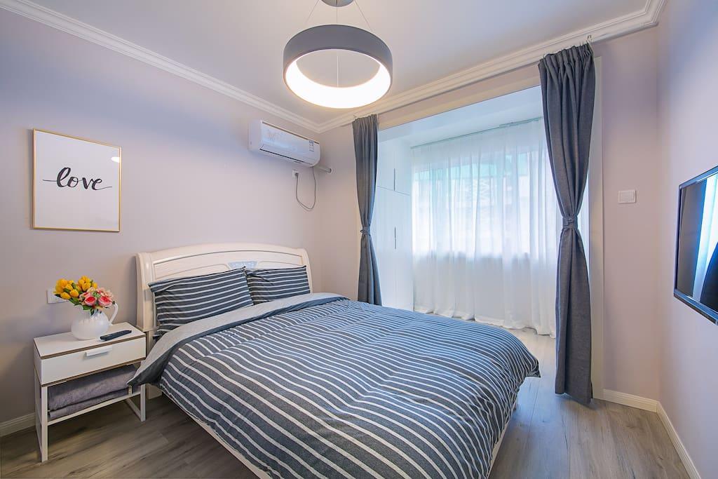 宽敞明亮的主卧房间,带阳台