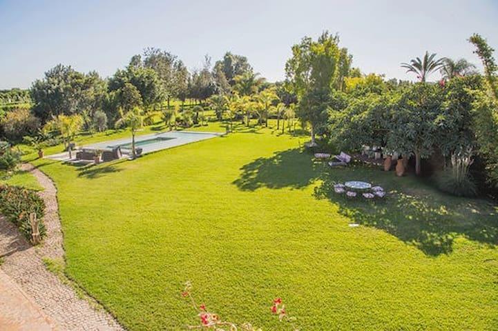 Belle Villa de 12500 m² avec piscine de 120m²