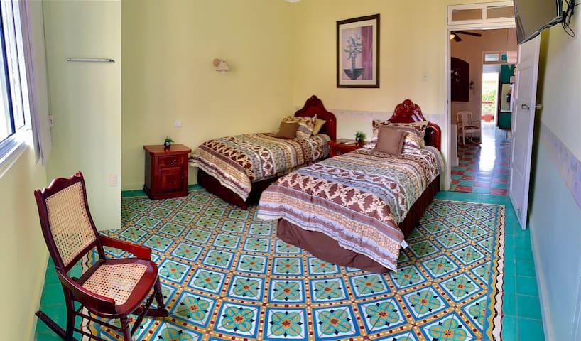 La Casa de Clara (armonía) te ofrece tres amplias estancias para descansar y relajarte después de un día de aventuras en el puerto de Veracruz: solo (a), en pareja o en familia.