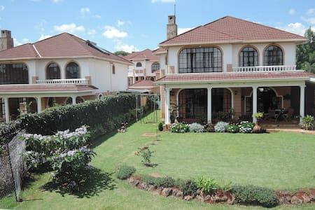Silver bedroom Ridgeway's Villa - Central - Ház