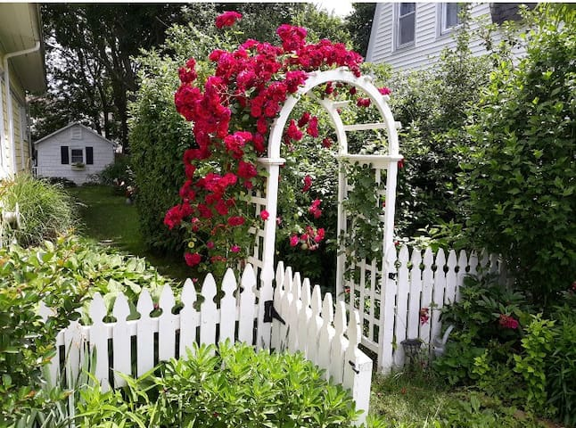 Manasquan romantic cottage- walk to beach + town!