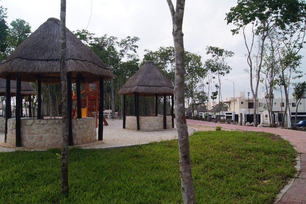 Park With Running Track / Parque con área para correr