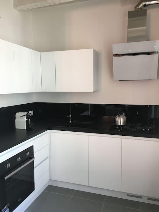 Moderne, neue, voll ausgestattete Küche!