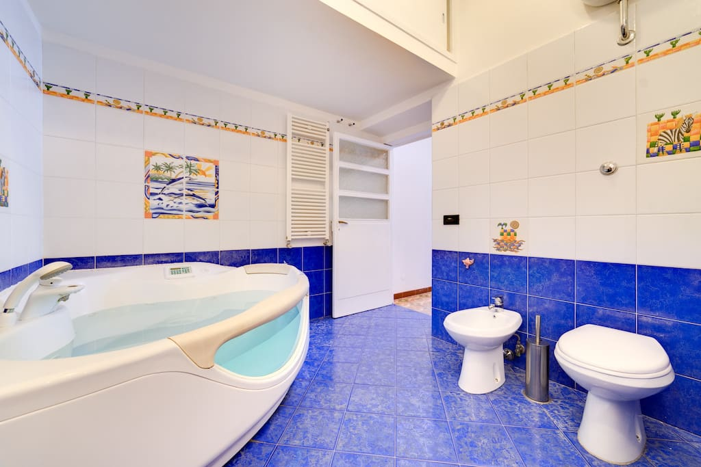 The spacious bathroom