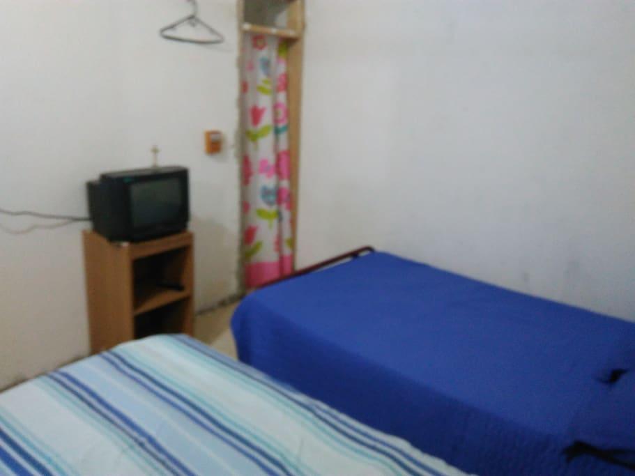 Alcoba con 2 camas , ventiladores de techo y baño privado ...