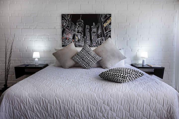 Una habitación con estilo moderno y acogedor