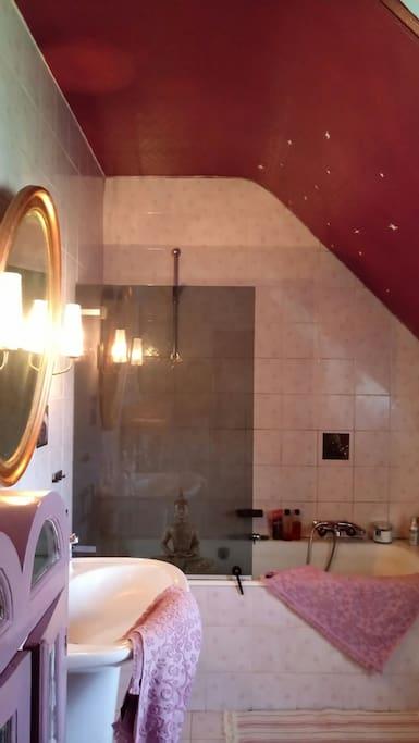 Salle de bain de la chambre avec balcon