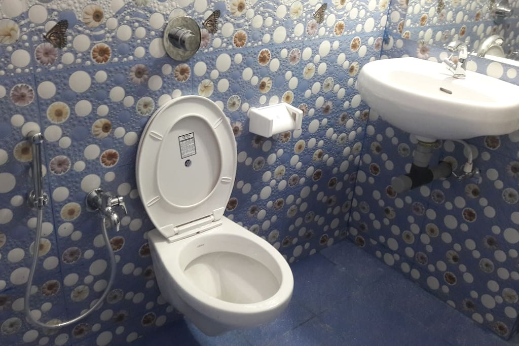 Toilet and bathroom of Deluxe double room with air conditioning