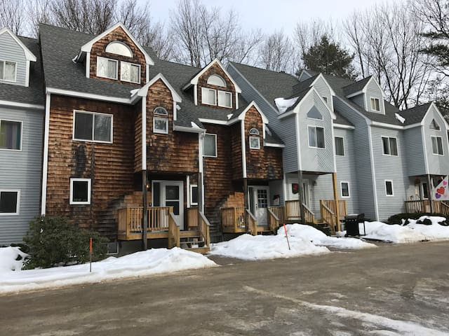 North Conway village condo near Storyland, hiking and mountain biking trails.  Cranmore a quick drive.