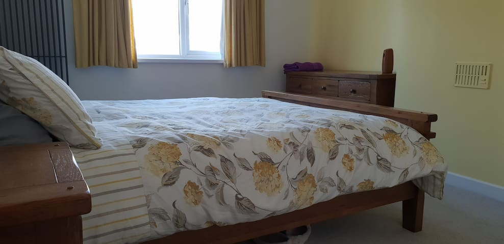 Spacious double near Heath hospital