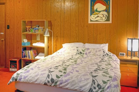 Private bedroom with separate entrance near SFO Airport. This clean and comfortable bedroom comes with a shared bathroom and shared kitchen, in the quiet/safe neighborhood of Millbrae.   Taxi/Uber takes 5-10 min from airport to our home.