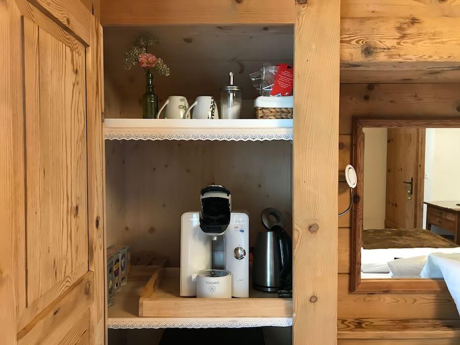 Kaffeemaschine, Wasserkocher und kleiner Kühlschrank