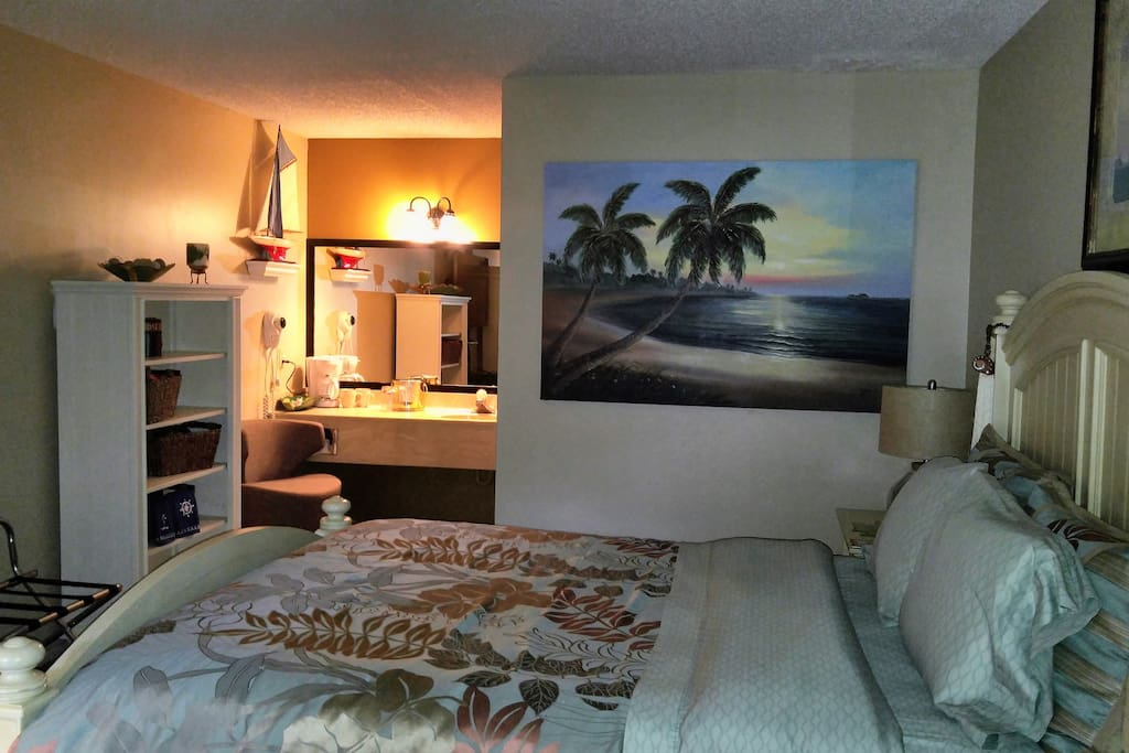Suite 102 (Miami Beach Theme)