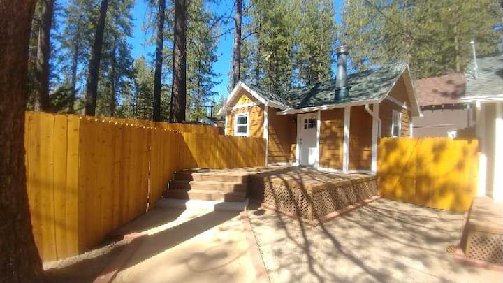Quiet Retreat-fireplace, private yard,walk to lake
