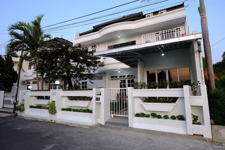 Omah Cemara Guest House next to Swimming pool