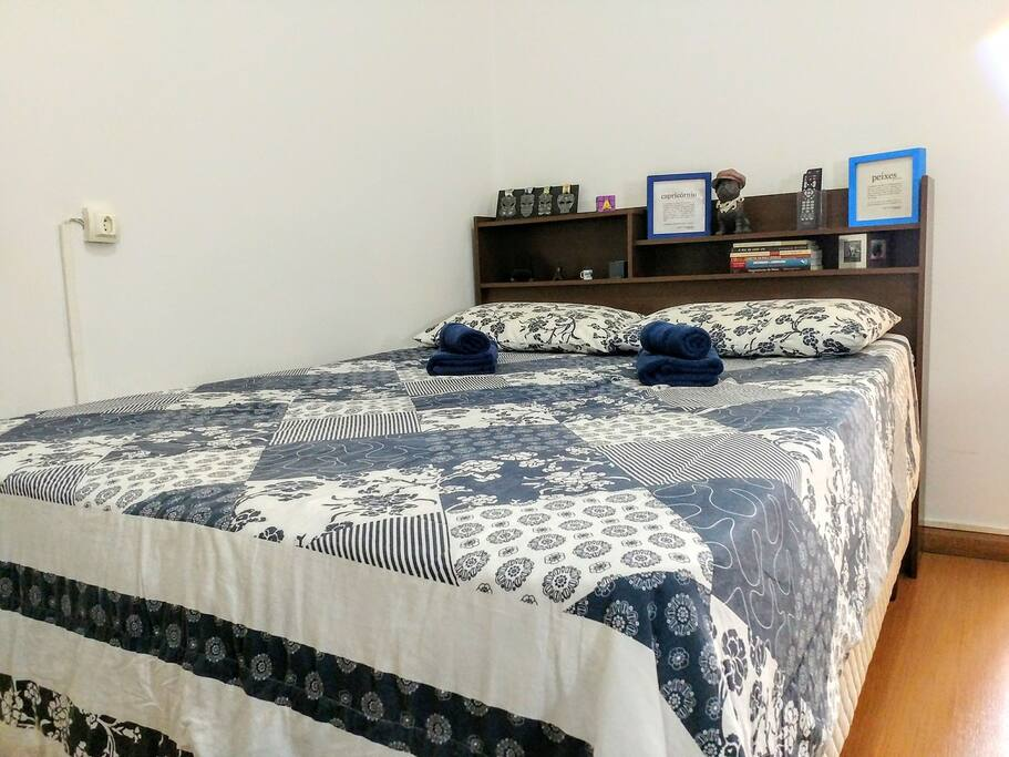Quarto: cama de casal./Bedroom: double bed.
