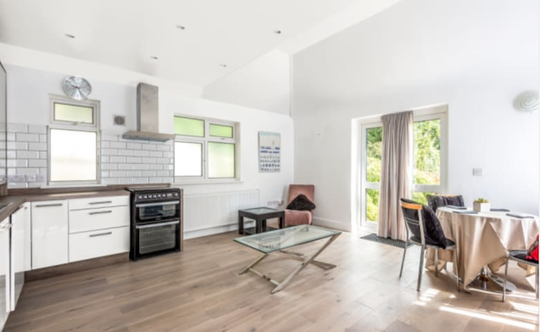 Newly refurbished 2 Bed Flat Sunningdale, Ascot