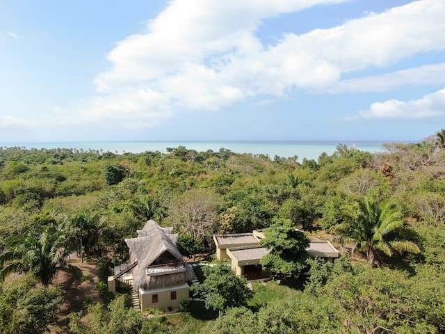 Complete 4 Bedroom Tropical House Near the Beach