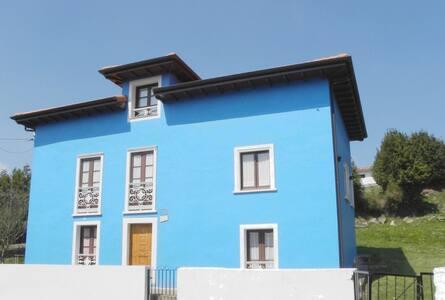 La casa azul en  la montaña y   cerca de la costa - Candamo - บ้าน