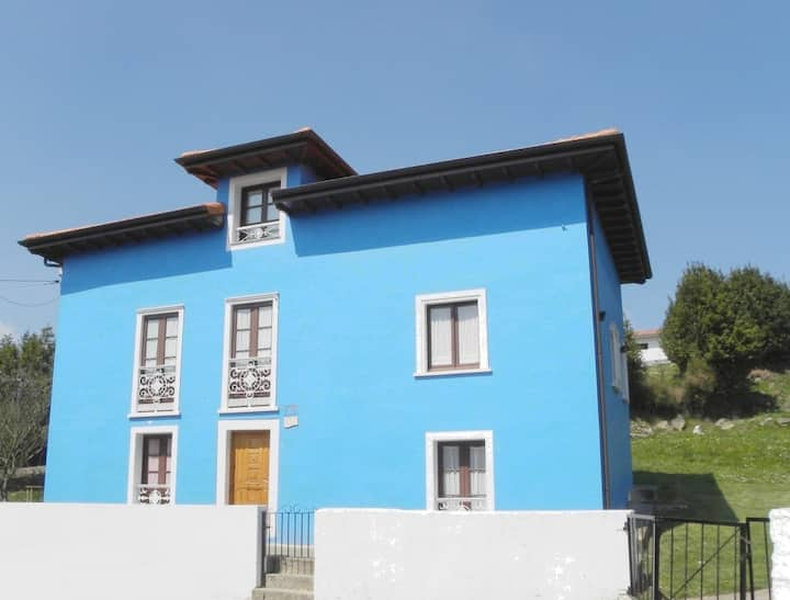 La casa azul en  la montaña y   cerca de la costa